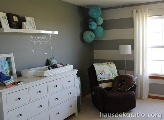 2013 02 babyzimmer dekorieren streifen wand grau wei papierkugeln kinderzimmer pinterest. Black Bedroom Furniture Sets. Home Design Ideas