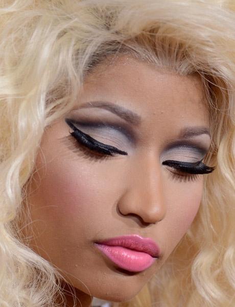 Nicki Minaj fez o make mais dramático das famosas do AMA     2012: côncavo supermarcado por sombra cinza, pálpebra     móvel preenchida por degradê de sombra branca, delineador     preto e cílios postiços enormes!