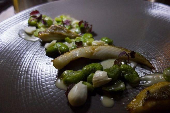 Filet de Saint-Pierre accompagné de fèves, d'amandes et de shiso rouge par Jordan Delamotte #paris #resto #food #poison