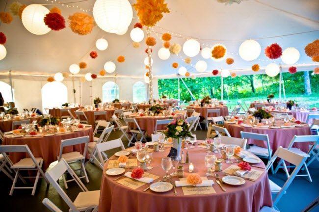 Украшаем свадебный зал помпонами гирлянда4