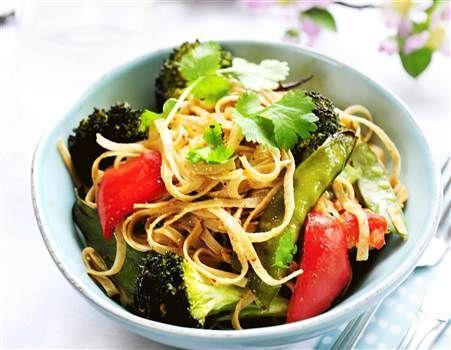 Rostade grönsaker med nudlar och jordnötssås. Lättlagat och grönt!