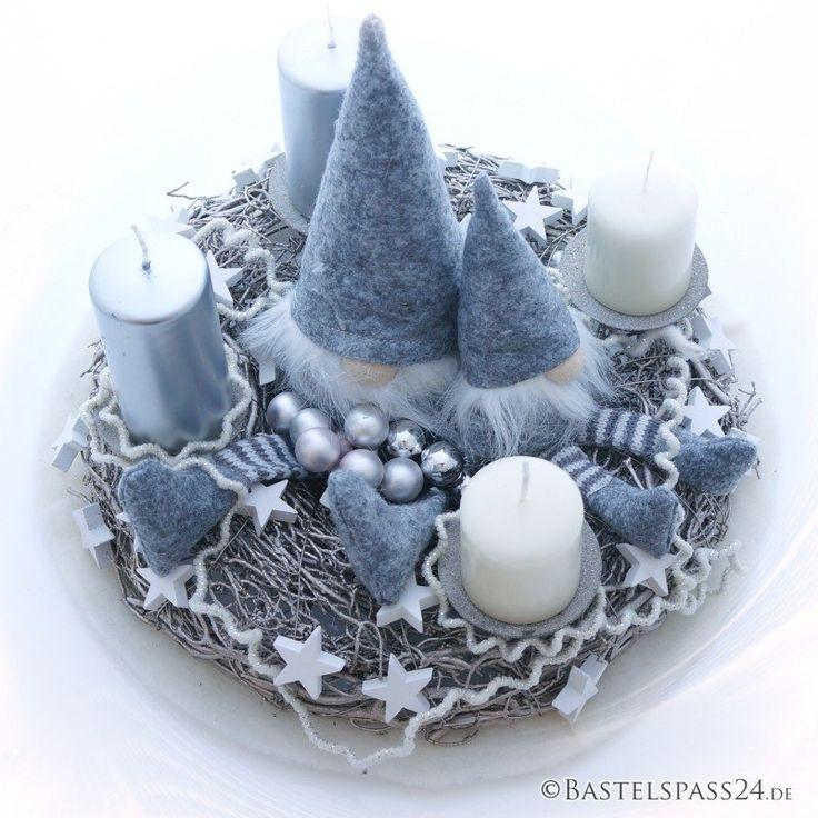 Adventskranz sehr modern mit Wichtel und Wollkordel in grau weiß Ein Adventskranz mit 4 Kerzenhalter aus Zweigen bildet eine natürliche und ausergewöhnli