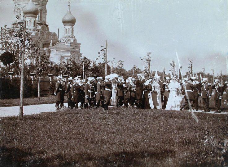 16. Император Николай II и императрица Александра Федоровна, сопровождающие их лица в момент прибытия в Уяздовский военный госпиталь