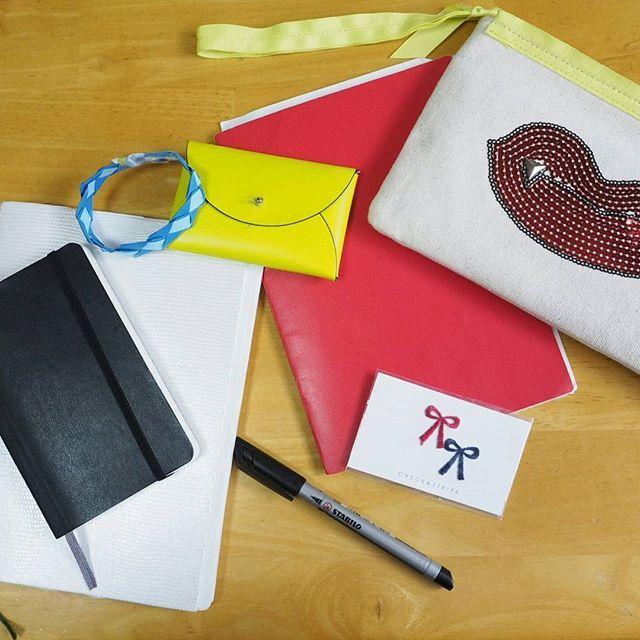 kakukotogasuki好きなものの寄せ集め。書き書きしています。 なんとなく落ち着かない昨日と今日。予定を書き出す時間さえも惜しくてバタバタしていたけど、やっぱり書いて整理してから行動すべきだな、と。  2枚目 check&stripe の刺繍ワッペン。ピンクのリボンもあったけど、娘の幼稚園グッズへ。ほか、集めていたもの全てこの新学期に使いました。  3枚目 この油性ペン、優秀。  #モレスキン#moleskine#moleskinejp #ハイタイド#HIGHTIDE #手帳#手帳タイム#ワッペン#ノート#名刺入れ#娘の工作#工作#ポーチ#stabilo#チェックアンドストライプ2017/04/07 11:35:20