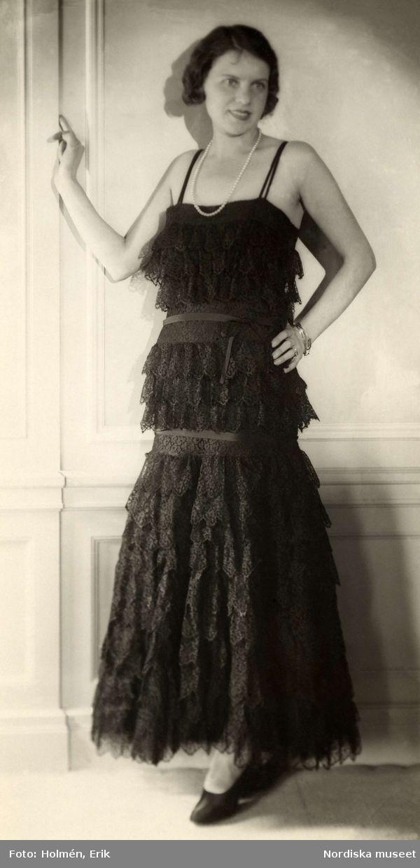 1929. Aftonklänning i svart spets. Foto: Erik Holmén för Nordiska Kompaniet