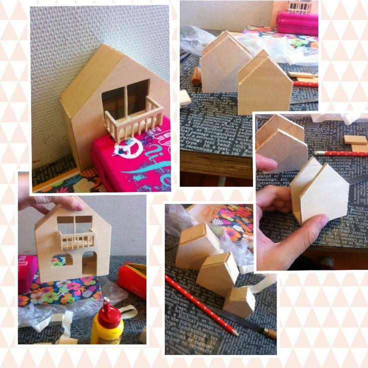 Les 7. Vandaag heb ik de huisjes in elkaar gezet en het grote huis ook. Ik heb dit onderdeel voor onderdeel gedaan dus het is best een klus. Ik heb het balkon ook vastgelijmd. De volgende les ga ik de planten maken en de huisjes bevestigen op het huis. Ik moet ook nog 3 kleine massieve huisjes maken.
