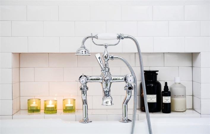 Blandare i klassiskt badrum, fasat kakel, vitt rektangulärt