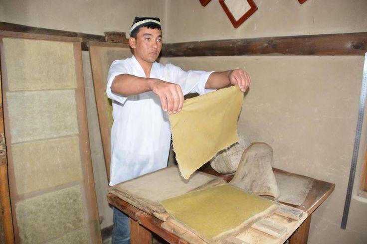 Dut ağacı kabuğundan üretilen Semerkant kağıdı   Özbekistan'ın Semerkant kentinde 8. yüzyılda Çinli esirlerden öğrenilen, ilkel yöntemler kullanılarak yapılan dut ağacı kabuğundan kağıt üretme tekniği halen kullanılıyor. Orta Asya'da el işçiliğinin kullanıldığı ilk ve tek kağıthane olan Semerkant'taki kağıt atölyesinde, yüzyıllar öncesinin ilkel teknikleriyle kağıt üretme geleneği sürdürülürken, tarihi kenti ziyaret eden seyyahlar atölyeyi görmeden Semerkant'tan ayrılmıyor.