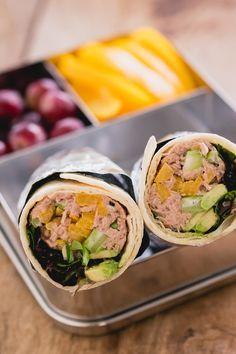 Dit is een lunch die ik vaak aan het einde van de week maak. Dan ligger er namelijk meestal wat restjes groente in de koelkast en is het brood regelmatig op. Blikjes tonijn en wraps heb ik altijd op voorraad en dus maak ik dan vaak tonijnsalade wraps voor in mijn lunchbox.  via @theanswerisfood