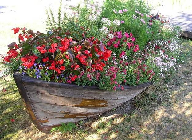 I never would have though to put an old boat in a yard....but I love this idea!
