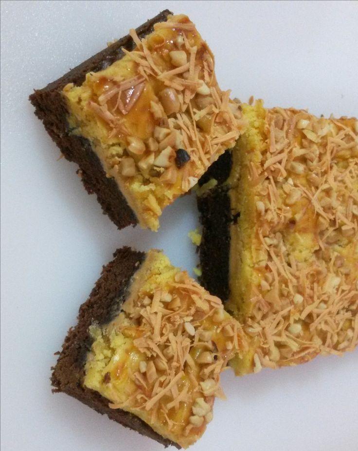 Brownies Kastengel Peanut is a brownies covered with peanut jam and kastengel cookies dough.