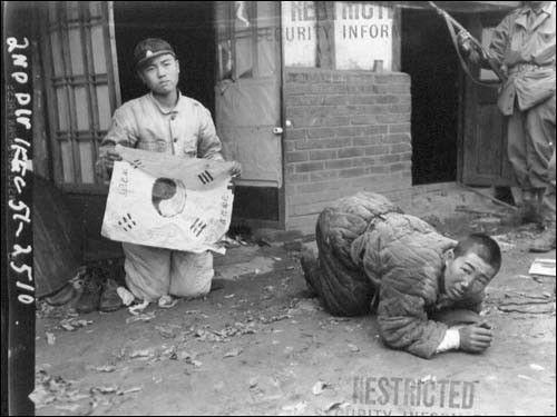 ▲ 1951. 10. 21. 평양. 살기 위해 태극기를 들고 살려달라고 애걸하고 있다