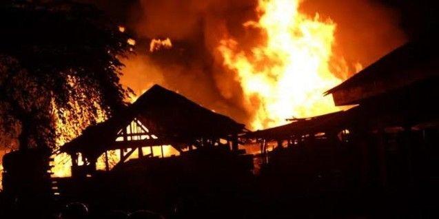 Gudang Penyimpanan Kayu di Depok Dilalap Api