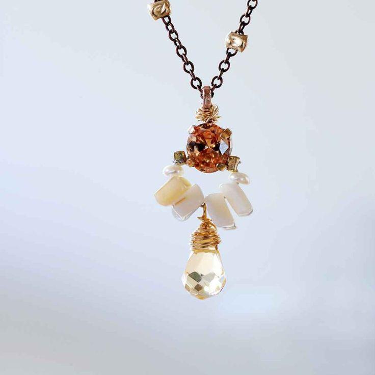 Een zomerser combinatie had ontwerpster Yifat Bareket niet kunnen kiezen voor haar ketting 'Angel'.