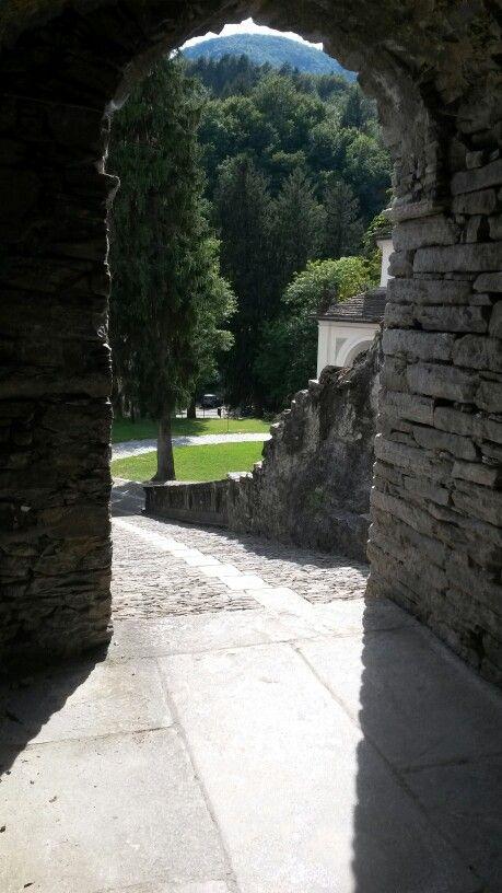La scalinata che collega il parco con il piccolo piazzale del Santuario #sacrimontisocial