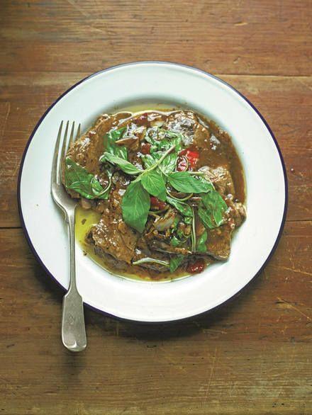 Wist je dat je Thais eten ook prima zelf kunt maken? Hierbij het recept voor: Gegrilde ossenhaas met basilicumsaus en Spaanse pepers.