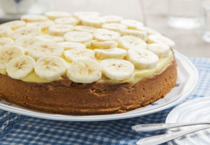 Met cake, banaan en banketbakkersroom maak je eenvoudig een heerlijke, romige, bananentaart.