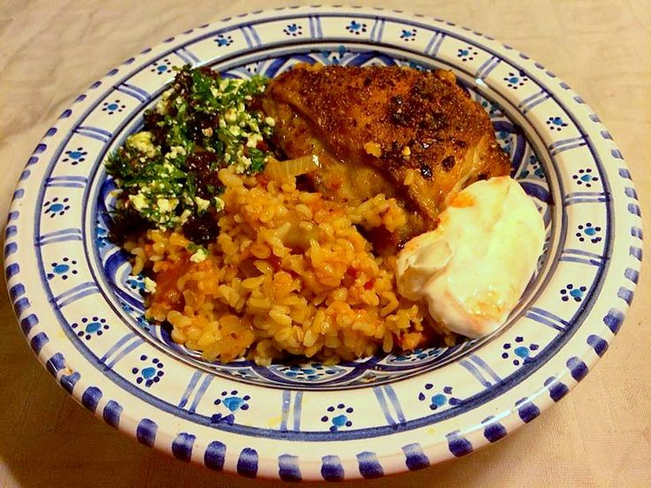 Arabisk alt i ét fad-kylling med feta/rosin-drys og yoghurtdressing