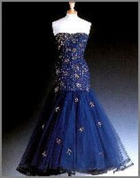 Midnight - blue silk - tulle, strapless dress lined with purple silk and decorated with daimant stars. Designer Murray Arbeid Price raised : $48,300