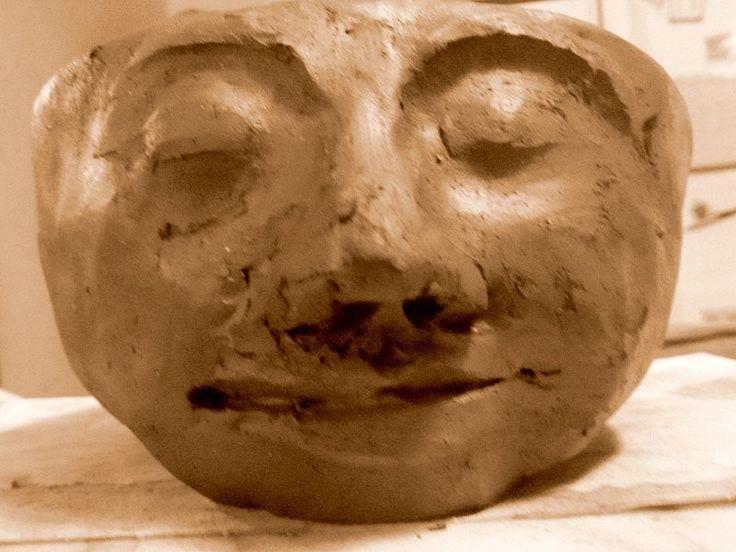 """Keramik / Töpfern: Schritt für Schritt-Anleitung zum Modellieren eines """"Kopftopfes"""" (Blumentopf in Form eines Kopfes) mittels der Technik der Daumenschale (ohne Töpferscheibe). Etappe 9: Augen und Augenbrauen formen und mit der Nase verbinden sowie die Gesichtszüge verfeinern"""