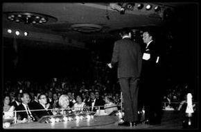 """7 Juin 1961 / Marilyn assiste au """"Sands"""" à Las Vegas, à un show du """"rat pack"""" où se produit entre autres SINATRA, soirée animée par Peter LAWFORD en l'honneur de l'anniversaire de son ami Dean MARTIN, qui se trouve dans le public ainsi que sa femme ; Elizabeth TAYLOR et son mari Eddie FISHER sont aussi de la soirée ainsi que Jack ENTRATTER ou encore Jean KENNEDY SMITH."""
