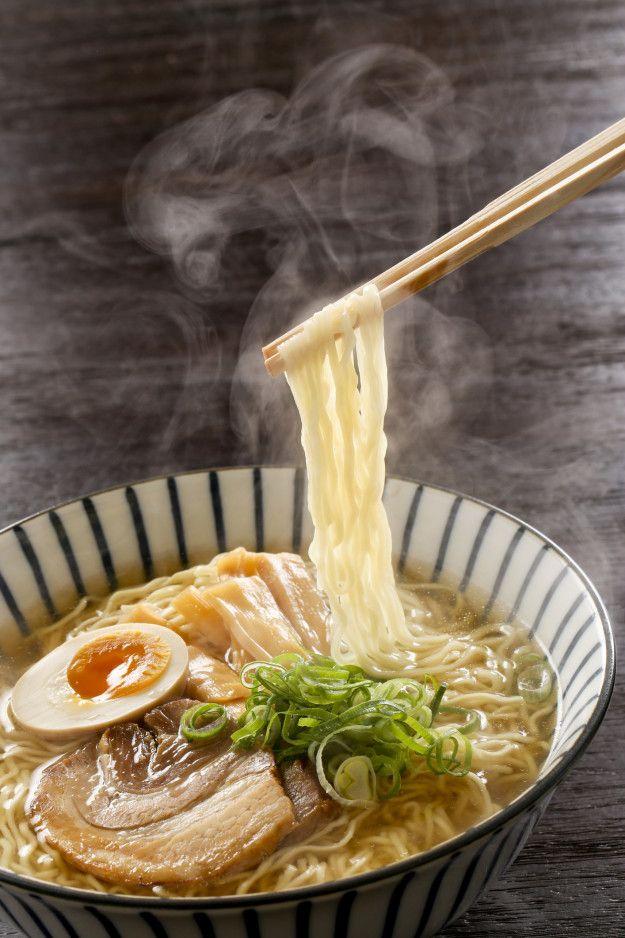 O miojo é uma versão instantânea — e bem simplificada — do lamen (ou ramen), sopa japonesa de origem chinesa.