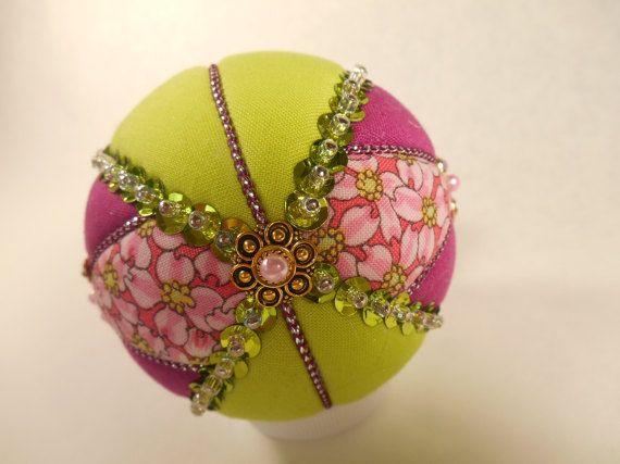 Questo ornamento è abbellito con farfalla orecchini (nuovi) che sono incrusted con strass. È fatta con calce verde, lavanda e rosa fiori in tessuto di cotone. Rifinito con calce verde e pallido lavanda fiocco, paillettes verde lime, cavo viola e cappuccio tallone sul fondo. Sfera è circa 3 pollici di altezza. Ornamento è fatto utilizzando lo stile di giapponese chiamato Kimekomi che generalmente significa tuck. Un disegno è disegnato su una pallina di polistirolo, che viene tagliata con un…