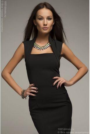 Черное платье-футляр с драпировкой на талии