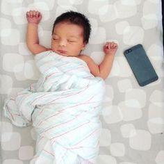 Babys lieben Geräusche, besonders stetiges Rauschen. Es erinnert sie an das, was sie im Mutterleib gehört haben. Kein Wunder, dass viele Babys bei solchen Geräuschen ganz müde werden und einschlafen. Es lohnt sich also, mal eine White-Noise-App oder eine passende Playlist bei Spotify auszuprobieren, wenn ihr eurem Baby beim Einschlafen helfen wollt.Hier gibt es eine Sammlung auf Spotify.
