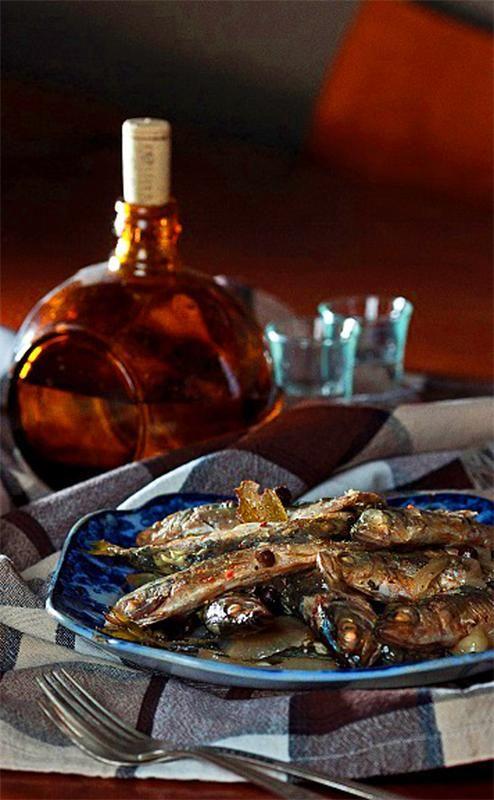 Шкара - популярнейшее блюдо Черноморских моряков Улов на рыбалке бывает разным, бывает, что почистишь рыбку и думаешь: «Ну ладно, крупную рыбу можно пожарить, запечь или даже заморозить на пото...