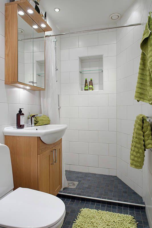 W małej łazience warto zrezygnować z wanny. Tutaj miejsce do kąpieli wyznaczone jest podestem z takiego samego gresu, co reszta posadzki. A zamiast kabiny – zasłonka na metalowym drążku.