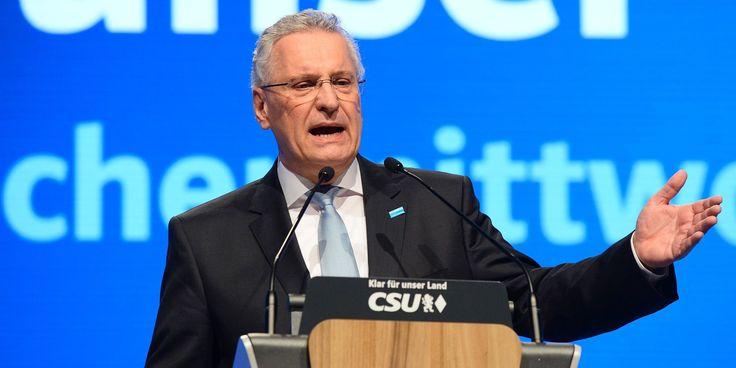 Geht es nach dem bayerischen Innenminister Joachim Herrmann, könnten Ermittler zukünftig Zugriff auf WhatsApp-Daten über eine Hintertür erlangen.