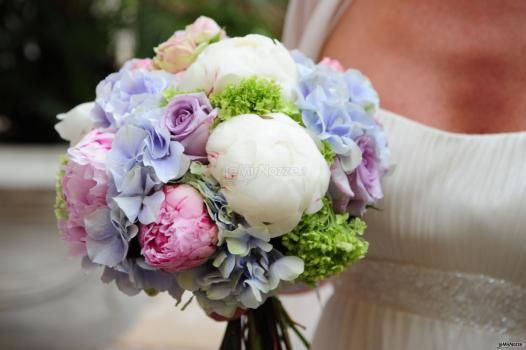 Peonie, rose e ortensie per questo #bouquet di #matrimonio multicolore