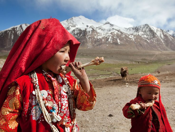 Picture of children chewing on mutton bones