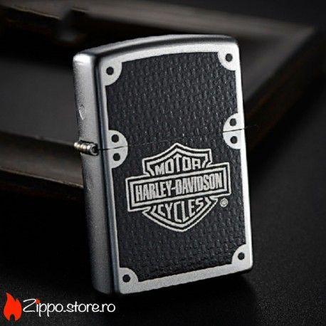 Zippo Harley-Davidson Carbon Fiber este o bricheta originala Zippo  cu un finisaj satin chrome, o grafica ce imita fibra de carbon si logo-ul celebrului brand. Pentru iubitorii de motoare, aceste brichete din gama HD sunt un must-have!