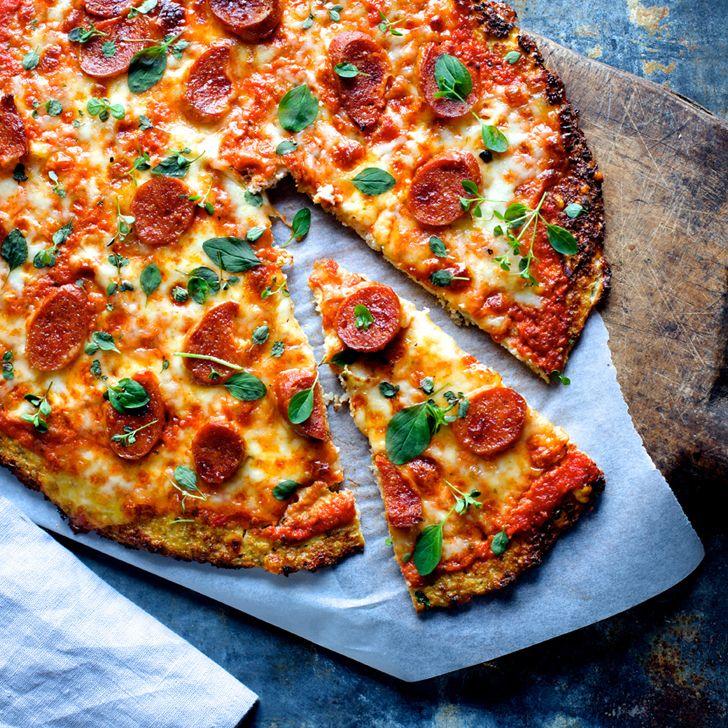 Blomkålspizza med chorizo og frisk oregano