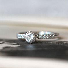 男性のお母様から受け継いだダイヤモンドで婚約指輪をつくりたいと アトリエへ足を運んでくださった男性。   お相手のことを思いながらデザインを決めていきました。   中石のダイヤモンドに向かって先端が細くなったリングアーム。 アームの両端にはミルグレインをいれ、正面にはメレダイヤモンドをお入れしました。 [engagement ring wedding bridal Pt900 ダイヤモンド diamond]