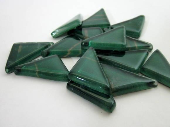 Pastilhas de vidro fundido utilizadas para confecção de Mosaicos ,Bijuterias e/ou outras aplicações decorativas/ artesanais Pacotes de 50 G  - com blister de vidro formato triangular VERDE / RISCAS DOURADAS R$ 6,80