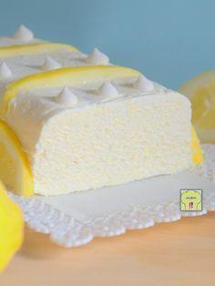 Il SEMIFREDDO AL LIMONE è un delizioso dessert al cucchiaio fresco e profumato: crema di limone e panna, un connubio irresistibile e una ricetta facile!