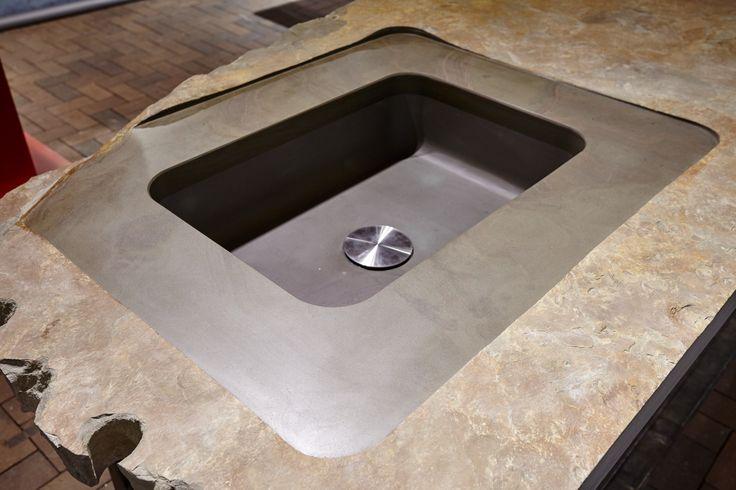 Hier eine Grauwacke Küchenplatte. Dargestellt eine Platte vom Ursprung bis zur fertigen volledelung mit Waschbecken. Abflussabdeckung Edelstahl der Firma Dornbracht
