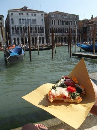 Pizza restaurant in Venice - good for families with kids and dining on a budget! I'm sold!  #10 restaurant according to Tripadvisor. Antico Forno  Sestiere San Polo, 970 | zona Ponte di Rialto, 30125 Venice, Italy
