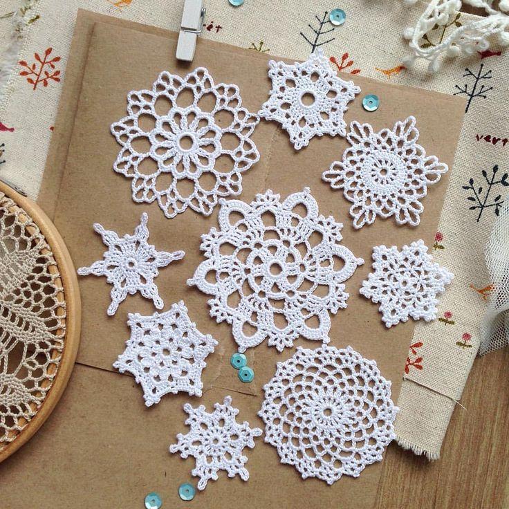 Привет  октябрь обещает быть снежным ✨❄️ собрала тестовый наборчик из снежинок)) размеры примерно 4-7 см// тонкий хлопок// крючок 1,0// 420р. включая пересылку по РФ// #kolesova_crochet #снежинка #снежинкакрючком #snowflake #декордляскрапбукинга