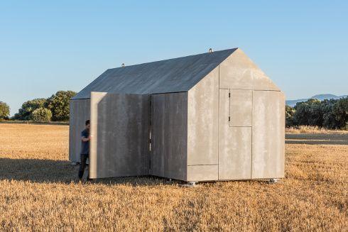 Bello e prefabbricato ÁPH80 dello studio ÁBATON. Pannelli in fibra di legno e cemento fanno da rivestimento esterno in esecuzione a facciata ventilata con 12 cm di isolamento