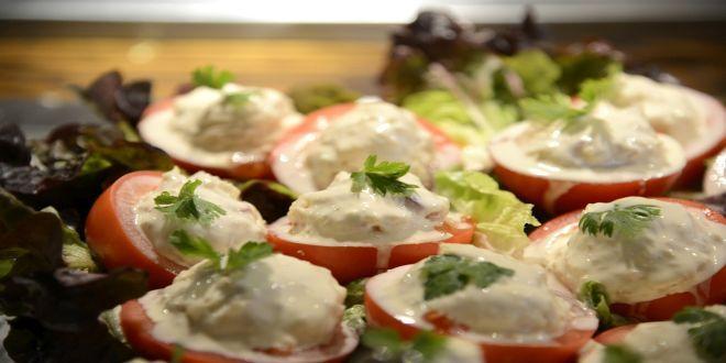Esta es la Receta de una deliciosa Entrada de Tomates Rellenos con Atún para 5 personas