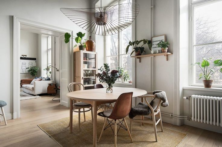 Interior decor trend 2018. Scandinavian decor. Dining room, green plants, Petite Friture lamp. Photo: Innerstadsspecialisten
