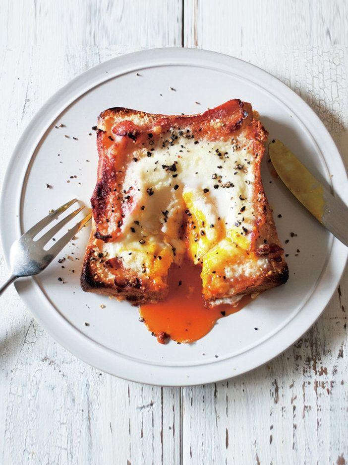 オーブントースターで焼く前に、卵が流れ出さないようにパンチェッタで食パンの四隅に「土手」を作るのがコツ。のせて焼くだけの手軽さを楽しめるよう、具は火の通りのタイミングが同じものをチョイスするのもポイントだ。|『ELLE gourmet(エル・グルメ)』はおしゃれで簡単なレシピが満載!