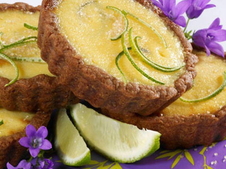 Découvrez la recette Tartelettes au citron vert sur cuisineactuelle.fr.