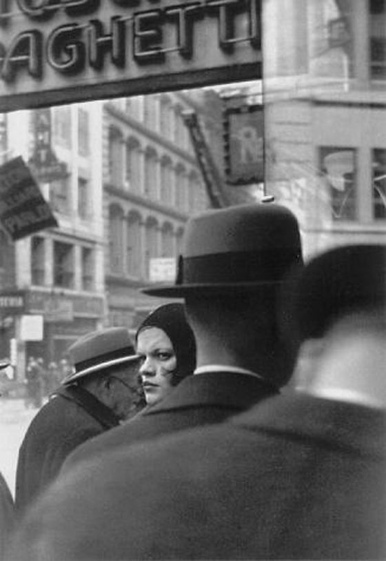 Las imagines represents el momento, es instantaneous, no preparado. Walker EVANS :: Girl in Fulton Street, NYC, 1929