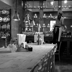 Le pain quotidien est une chaîne belge qui surfe sur la vague du bio, de l'authenticité et de la proximité. La philosophie est plutôt sympa, les plats sont simples mais frais, le principe de la grande tablée très convivial et je n'ai jamais rien eu à redire à propos du service. Une adresse à garder en tête pour manger sur le pousse.