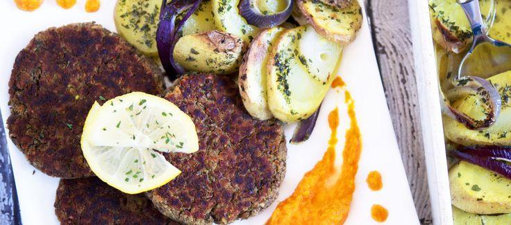 Linsekaker med gulrotpuré og ovnsbakt løk- og potetform